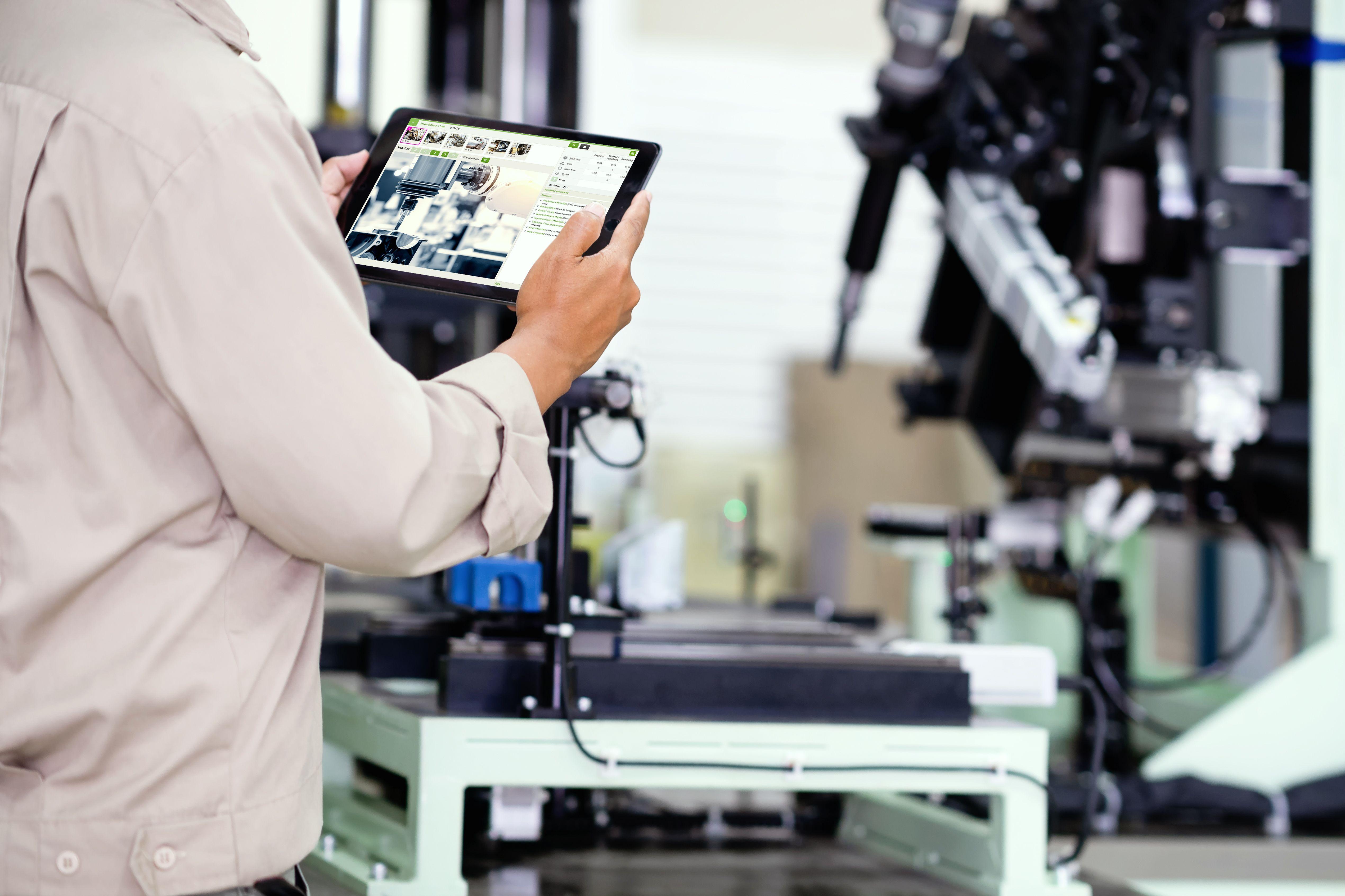 Manager mit Tablet in der Produktionsabteilung