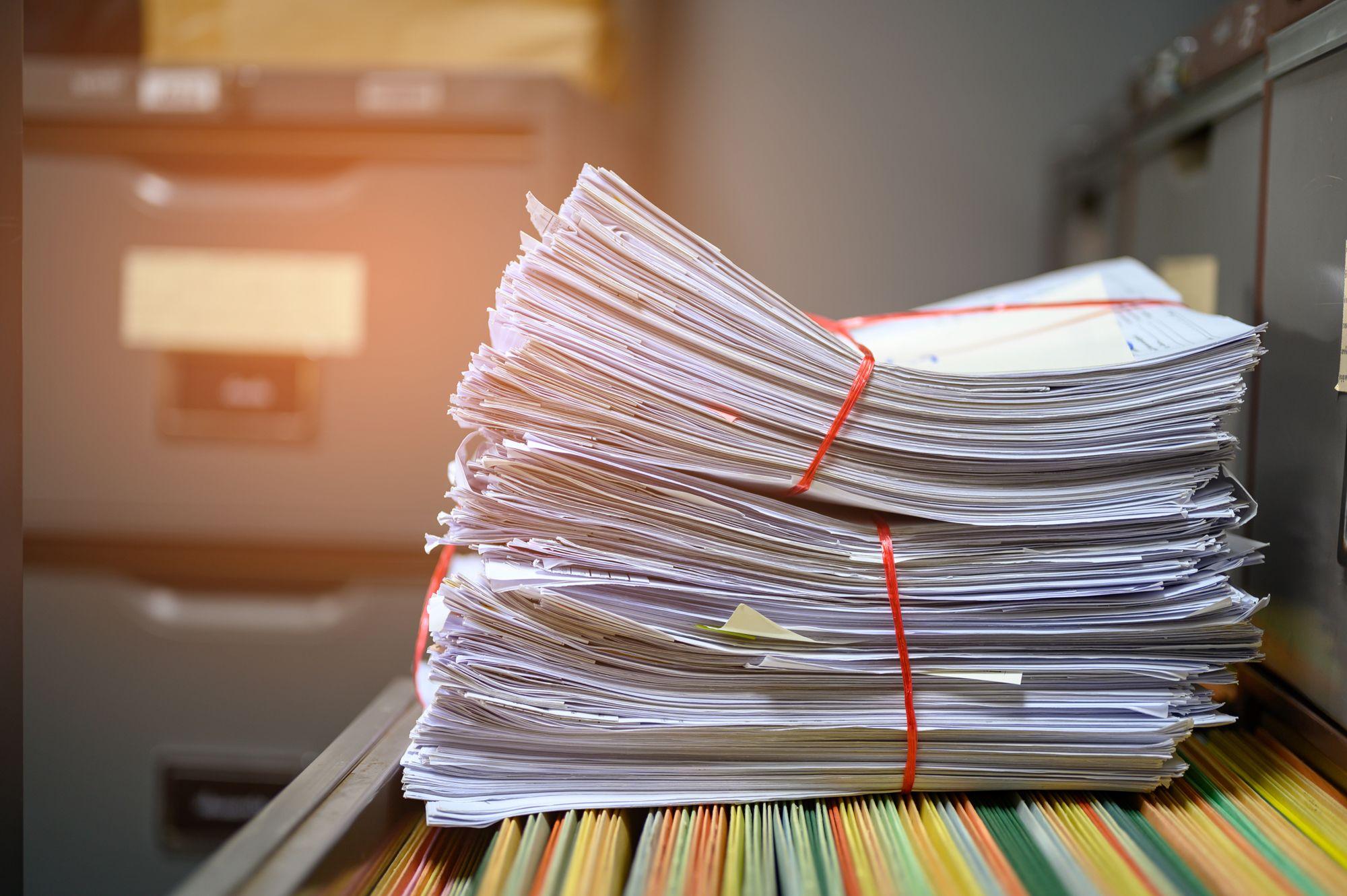 Piles de papiers.